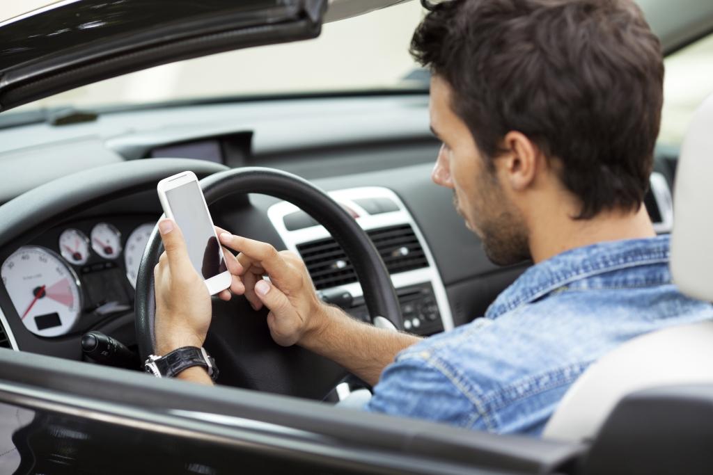 Производителей смартфонов просят блокировать приложения для водителей